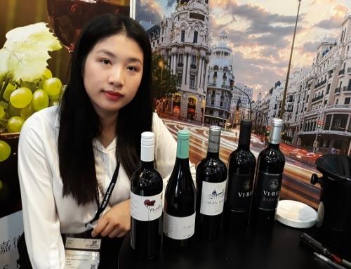 Tres bodegas de nuestras Pequeñas D.O.'s en la Feria de Hong Kong promocionando sus vinos